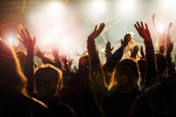 concert-crowd-100817-02